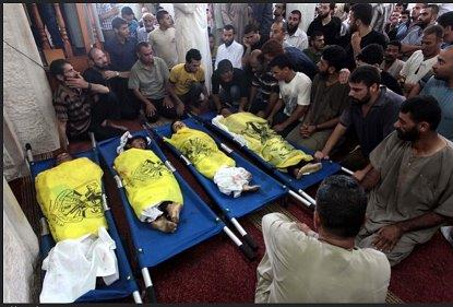 イスラエルの砲撃によるパレスチナ人少年4人の死を嘆く親族