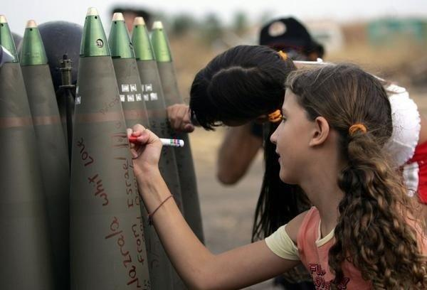 ガザ攻撃砲弾に愛をこめてと書きこむイスラエルの少女