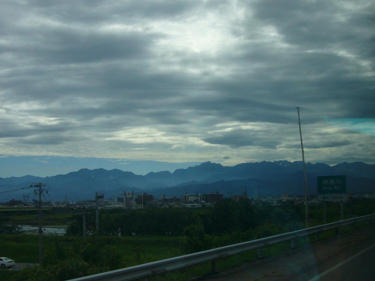 北陸高速富山付近 剣・立山・薬師が見える