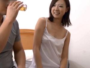 昼間からほろ酔いで宅配業者のお兄さんを誘う欲求不満の人妻 1-4