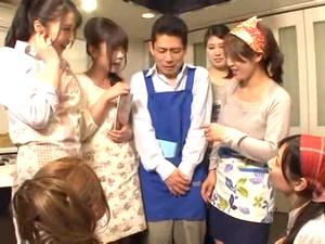 料理教室に通ってみたら男は自分ひとりで人妻に囲まれハーレム状態