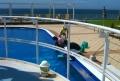 プールの水質管理をするスタッフ