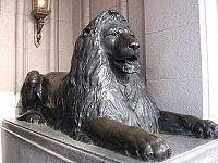 ライオン像(写真は日本橋本店正面入口のもの)