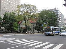 北海道札幌時計台・高層ビルに囲まれた状況