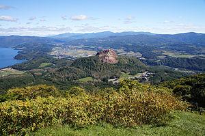 有珠山から見下ろす洞爺湖(左)と昭和新山(中央)(2013年9月)