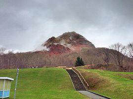 雨天時は加熱した熔岩から湯気が立ちあがる(2013年5月)