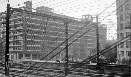 東京駅を有楽町方向に発車すると右側に、このビルが見える