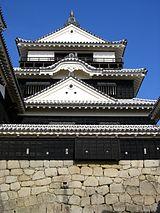 松山城大天守の前にある鉄筋門東塀