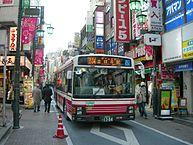 吉祥寺商店街を徐行するバス