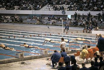 水泳もまた、スポーツクラブとして幅広い人々が参加できる環境が増えた。