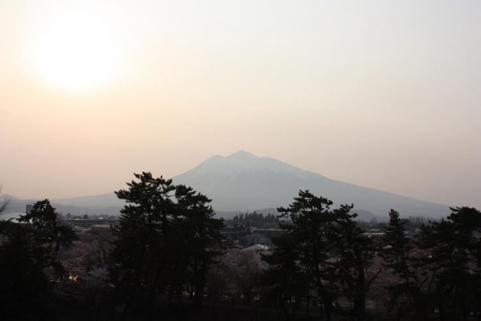 20140426弘前城からの岩木山
