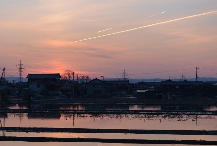 夕焼け空と飛行機雲-1