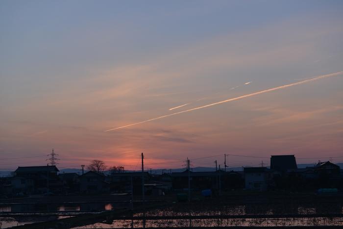 夕焼け空と飛行機雲-2