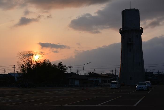 夕暮れ時の水道塔-2