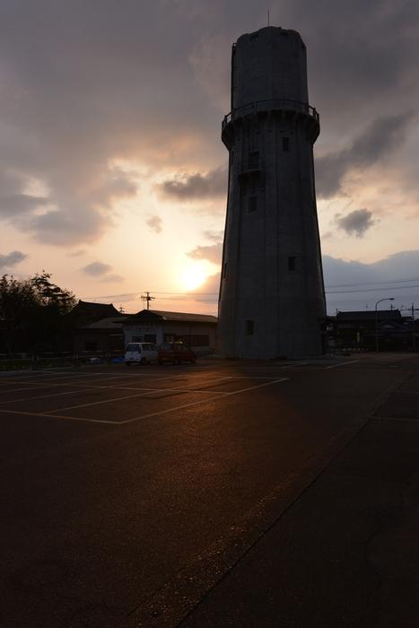 夕暮れ時の水道塔-3