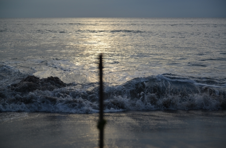 波打ち際に立つ-3
