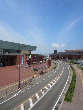 左に大和ミュージアム、右にてつのくじら