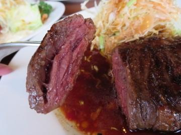 ステーキ断面。ミディアムで