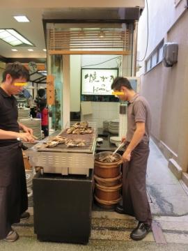 焼き牡蠣は店頭で焼かれます