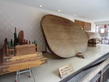 宮島の大杓字、参道に展示