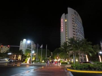 ・夜のホテル周辺