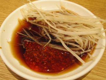 ・卓上の調味料を自分で入れます。酢と醤油は3対1。辛いの大好きなので唐辛子漬けの辣油もたっぷり