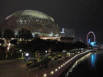 ・エスプラネード・シアター・ザ・ベイ。右の輪はシンガポール・フライヤー