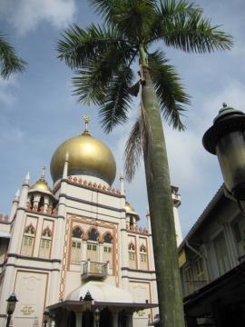 ・サルタンモスク。1824年にサルタン・フセイン・シャーによって建築されたといわれるモスク。アラブ・ストリートのシンボルとして有名