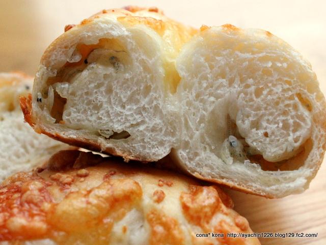 14..04.02ジャコとチーズのパン_断面