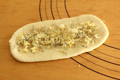 14..04.02ジャコとチーズのパン_成形