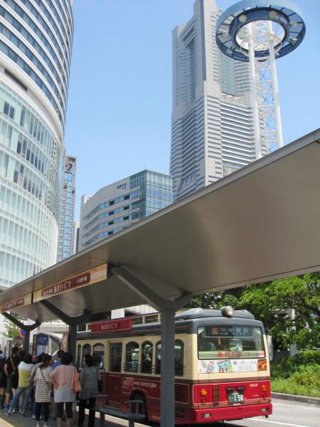 市内を周遊する「あかいくつ」バス