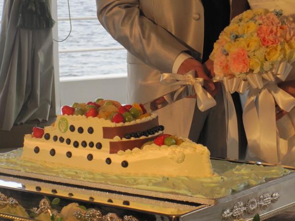 船をかたどったウエディングケーキ