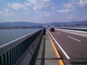 琵琶湖大橋を渡る