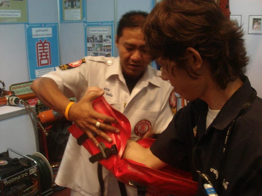 ボランティア隊員とイベントの準備をする救急車隊員
