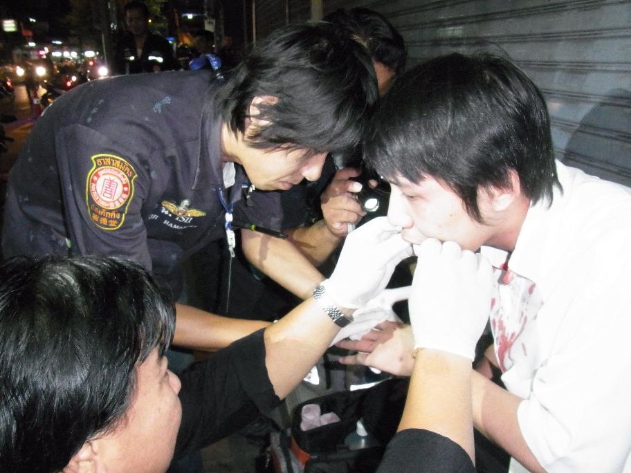 スティサンでの傷害事件。棒で殴られた負傷者の応急処置をするボランティア隊員