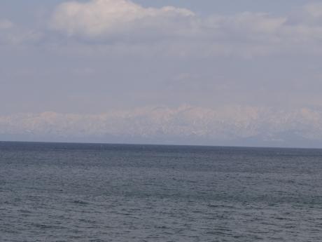 海の向こうは