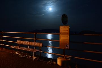 月夜の海とバス停(2)
