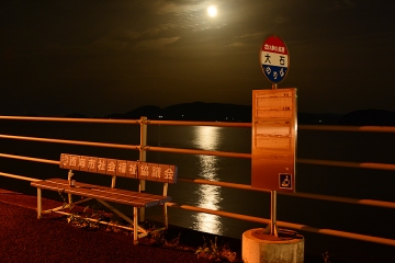 月夜の海とバス停(3)