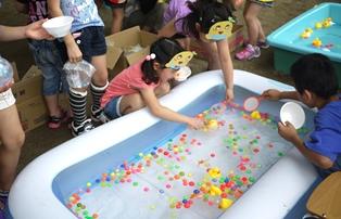 保育園夏祭り-スーパーボールすくい140711
