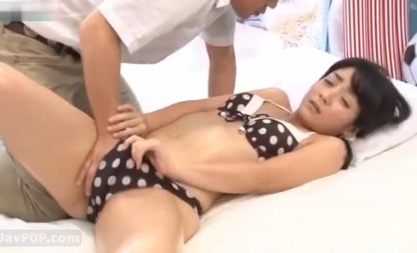 【素人】地方の海でナンパした地味系女子大生の美尻を突いて中出し!