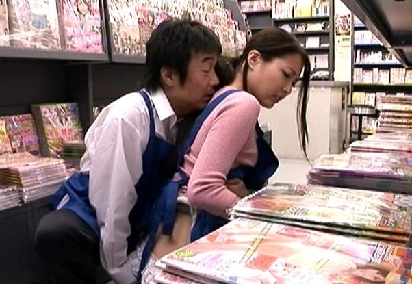 本屋で見つけた可愛いアルバイトに痴○行為!
