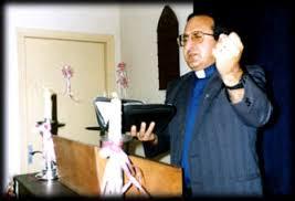 説教しているハイク牧師