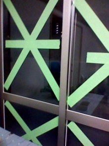 窓 ガムテープ