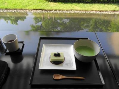庭と池とテーブルと