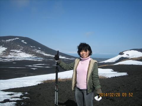 人差し指1本で富士山を支えています