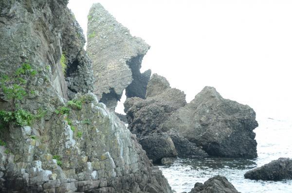 岩脈が観られる  左手前の壁は枕状溶岩? 違いました