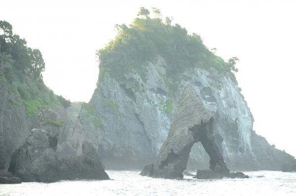 波の浸食が進んだ「エビ穴」
