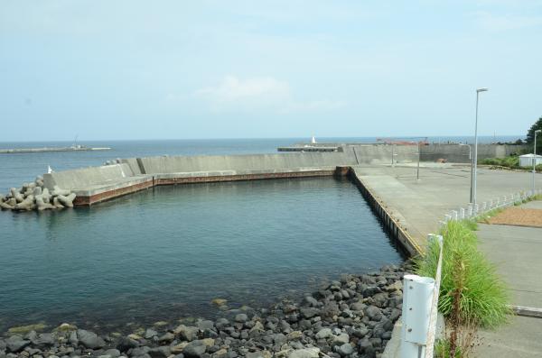 第9次港湾整備五ヶ年計画で「....池」を埋め立てて小型船係留マリーナを造りました 係留船はなく天草干しに使われています
