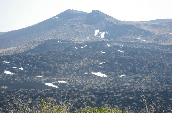 剣ヶ峰 中央の穴が割れ目噴火のB3火口 右斜め下の雪のあるところがB4火口