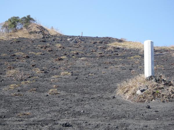 墜落現場 三原山外輪の「白石山」山腹
